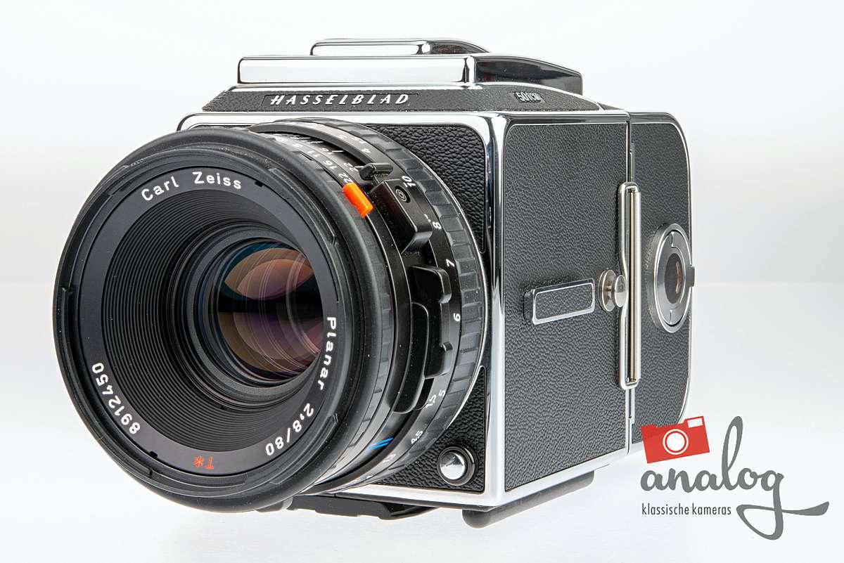 Hasselblad 501 CM Kit mit Zeiss CFE 80mm 2.8 und A12-Magazin – TOPZUSTAND